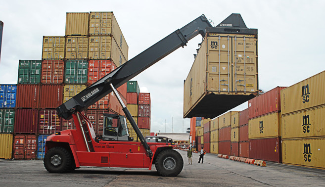 Reach-Stacker-in-operation-at-Ports-&-Cargo-terminal